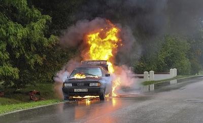 Auto mit Verbrennungsmotor in Flammen