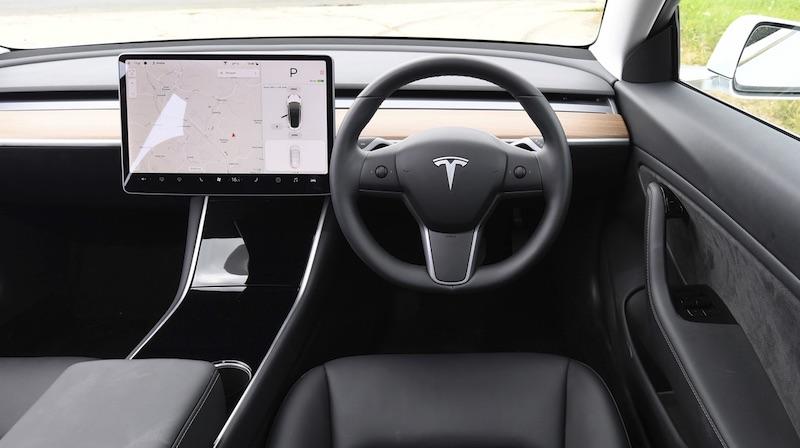 vollelektrische Tesla Model 3 Elektroauto Innenraum
